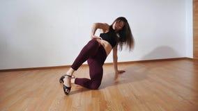 在贴身衬衣的少妇ingirl和上面、高跟鞋说谎在地板上的和跳舞, 股票视频