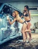 在洗车的模型在车库 免版税库存图片