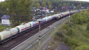 在货车的鸟瞰图审阅桥梁 火车或货车在从天空的路轨视图去 看法 影视素材