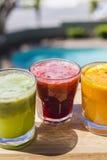 在翻转者glas的黄色,绿色和红色果蔬汁 库存图片
