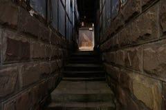 在年迈的中国传统房子之间的遮荫石楼梯 图库摄影