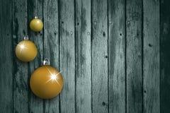 在年迈的木背景设置的橙色电灯泡 库存图片