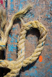 在年迈的木表上的磨损的绳索 库存照片