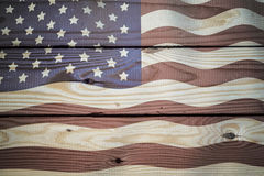在年迈的,被风化的土气木背景绘的葡萄酒美国国旗 库存图片
