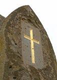 在年迈的,被风化的石头的金子发怒标志 免版税库存图片
