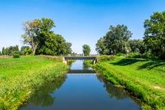 在水运河的乡下风景铁路钢桥梁 免版税库存图片