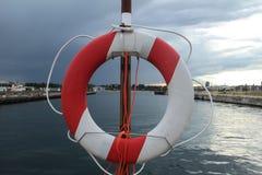 在水运河附近的救生圈在港口 库存图片