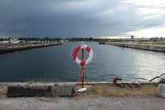 在水运河附近的救生圈在港口 免版税库存照片