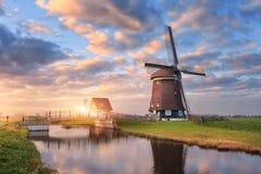 在水运河附近的风车在日出在荷兰 库存照片