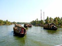在死水运河,喀拉拉,印度的居住船 库存照片