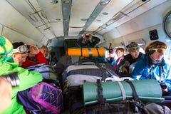 在货运直升机里面的乘客有许多背包的 库存照片