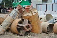 在建造场所使堆船具木钻不耐烦 免版税图库摄影