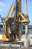 在建造场所使堆船具机器不耐烦 库存图片