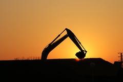 在建造场所剪影的挖掘机 库存照片