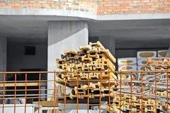 在建造场所工作的地楞横梁 库存图片