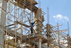 在建造场所用木材建造专栏模板建设中 库存图片