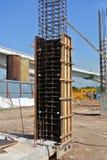 在建造场所用木材建造专栏模板建设中 免版税库存图片