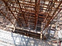 在建造场所用木材建造专栏模板建设中 免版税库存照片
