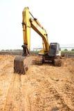在建造场所的一台大推土机 免版税库存图片
