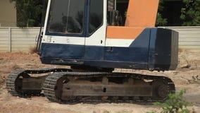 在建造场所的储蓄录影镜头1920x1080挖掘机视同集材建筑工地,挖掘机桶工作 股票视频