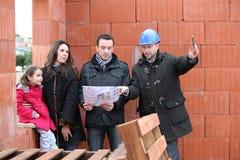 在建造场所的家庭 免版税图库摄影