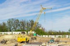在建造场所的履带牵引装置自走起重机 图库摄影