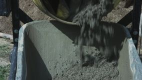 在建造场所的工业水泥搅拌车机器 具体倾吐 建筑工人混合的灰浆 倾吐 股票视频
