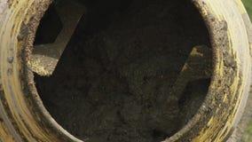在建造场所的工业水泥搅拌车机器 具体倾吐 建筑工人混合的灰浆 倾吐 影视素材