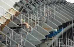 在建造场所的工作者焊接 免版税库存照片