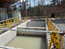 在建造场所的废水过滤的坦克 免版税库存图片