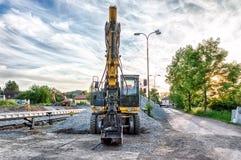 在建造场所的挖掘机 免版税库存照片