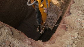 在建造场所的挖泥机开掘的土壤 股票录像