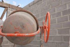 在建造场所的新的橙色水泥搅拌车 免版税图库摄影