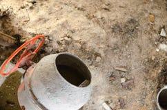 在建造场所的新的橙色水泥搅拌车 库存照片