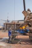在建造场所的混凝土搅拌机卡车倾吐的水泥 库存照片