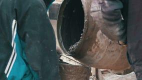在建造场所的混凝土搅拌机工作和揉混凝土 慢的行动 股票视频