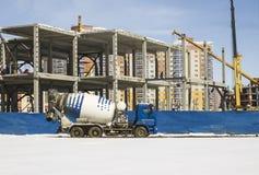 在建造场所的混凝土搅拌机 免版税库存图片