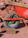 在建造场所的独轮车 免版税库存图片