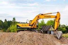 在建造场所的现代挖掘机在夏天晴天 库存图片