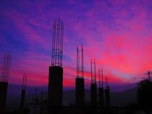 在建造场所的红色黎明 免版税库存图片