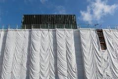 在建造场所的被包裹的大厦 免版税图库摄影