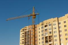 在建造场所的起重机反对天空 免版税库存图片