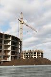 在建造场所的起重机大厦 免版税图库摄影