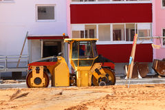 在建造场所的路辗在新的大厦和playgro旁边 免版税图库摄影