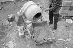在建造场所的水泥搅拌车 北京,中国黑白照片 库存照片