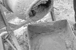 在建造场所的水泥搅拌车 北京,中国黑白照片 库存图片