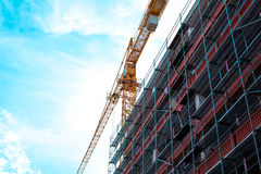 在建造场所的建筑用起重机 免版税库存图片