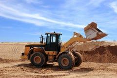 在建造场所的黄色推土机 免版税库存图片