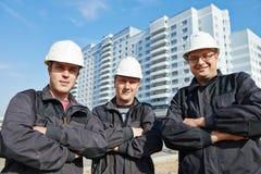 在建造场所的建造者队 免版税库存照片