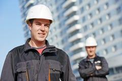 在建造场所的建造者队 免版税库存图片